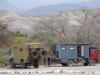 Bij de ingang van de Cahuachi staan 2 Dakartrucs, omgebouwd tot camper
