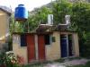 Het toiletgebouw; douches hebben geen deur maar een douchegordijn dat klappert in de wind, maar er is wel warm water