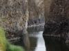 Vanuit de bronnen hebben we een schitterend uitzicht op de Rio Goica en de oude brug