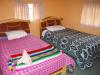 Onze kleurrijke kamer, met op elk bed 4 loodzware dekens