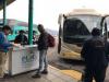 We checken in, de bus is prima, met stewardess en Engels spsrekende gids aan boord