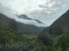 De wolken hangen laag tussen de bergen als we naar Ollantaytambo rijden