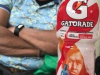 Alexis geeft ons een flesje Gatorade met de afbeelding van Renato Tapia; Hans droomt weg bij zijn cluppie