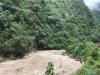 De Rio Urubamba kolkt langs de spoorlijs; het water is roodbruin