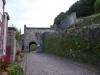 De poort van Saint-Jean Pied de Port, de toeristen liggen nog op één oor, de pèlerins zijn al weg