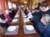 Gezeten aan een lange tafel met de andere pèlerins, proosten we met een port