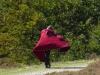 Al dagen spotten we deze peregrino in zijn rode cape