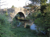 Via de Romeinse brug lopen we Melide in
