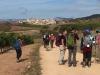 Peregrino's maken foto's van Cirauqui; er zijn nog wel flink wat kilometers te gaan