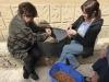 De vrouwen van Lorca zijn druk met het pellen van de amandelen