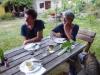 Veronique en haar man koken een heerlijke maaltijd uit eigen tuin