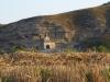 Vlak voor Tosantos is dit mooie kerkje tegen de rotswand gebouwd