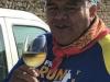 Onze altijd lachende, zwaar snurkende Mexicaan gaat in Hontanas al aan de wijn, het is half 11