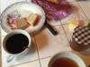 We ontbijten met oud stokbrood, eigengemaakte meloenjam en koffie