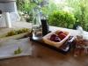 Met een karaf Bordeaux van de buurman, perziken, druiven en koekjes vermaken wij ons prima