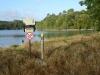 Net buiten Brouqueyran lopen we langs het meer de bossen weer in