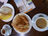 Café con lenche, café solo, croissant met kaas en tortille, we kunnen er weer tegen