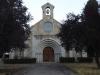 Via een bijzonder gebouw, waarschijnlijk een klooster, lopen we op dit kerkje af
