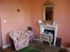 Een mooie ruime kamer met toilet, douche en 2 leunstoelen voor de open haard