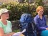 Hiltrud & Anke op een bankje voor de kerk