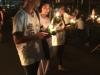 Er wordt gebeden en honderden mensen lopen in een lange sliert door het tempelcomplex
