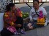 Voor de deur van Wat Inthakin Sadue Muang kun je bloemen kopen