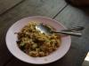 We lunchen met rijst, ei en groenten