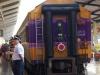 Het treinpersoneel houdt op het perron nog een werkbespreking met militaire trekjes