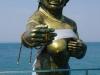 Aan het eind van de pier rijst toch een pikante Boeddha uit zee op