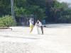 Bruid en bruidegom komen alvast te voorschijn voor de fotoshoot