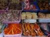 De markt van Nonthaburi, de visboer