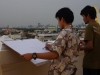 Drie jongens tekenen de skyline