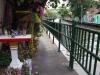 Klong Saen Saeb Kanaal, langs de kade gebedshuisjes en versierde bomen