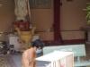 Onder het wakend oog van Maria wordt het kastje in een fris wit tintje gespoten