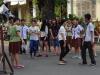Op het plein voor de kerk wordt een dansje ingestudeerd