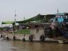In de mast van de schepen hangt datgene wat ze verkopen; hangt er een blad in de mast betekent dat dat de boot te koop is