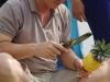 We gaan aan boord en kopen voor 20.000 Dong een ananas, die keurig wordt geschild