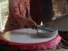 Het mengsel van bloem, rijstebloem en water wordt op kokende platen verspreid
