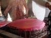 De doorzichtige deegvellen worden van de kookplaat verwijderd
