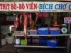 De slager op de markt, het is zeker 34°C