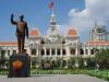 People Committee Hall, ook gesloten, met een standbeeld van Ho Chi Minh, de grote leider, gedrild door de Russen