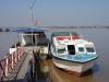 Aan de steiger ligt de snelle boot die ons naar Cát Bà Island brengt
