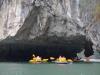 We varen tussen eilandjes en rotsformaties door, totdat we op een plek komen waar we gaan kanoën