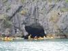 We peddelen door een grot van 250 meter lang, het is er pikkedonker