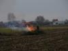 Achter op zijn erf verbrandt een boer snoeiafval